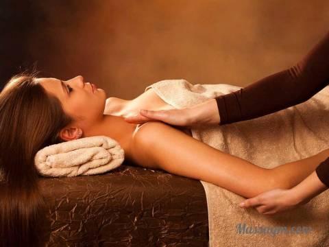 Эротический массаж голой девушки